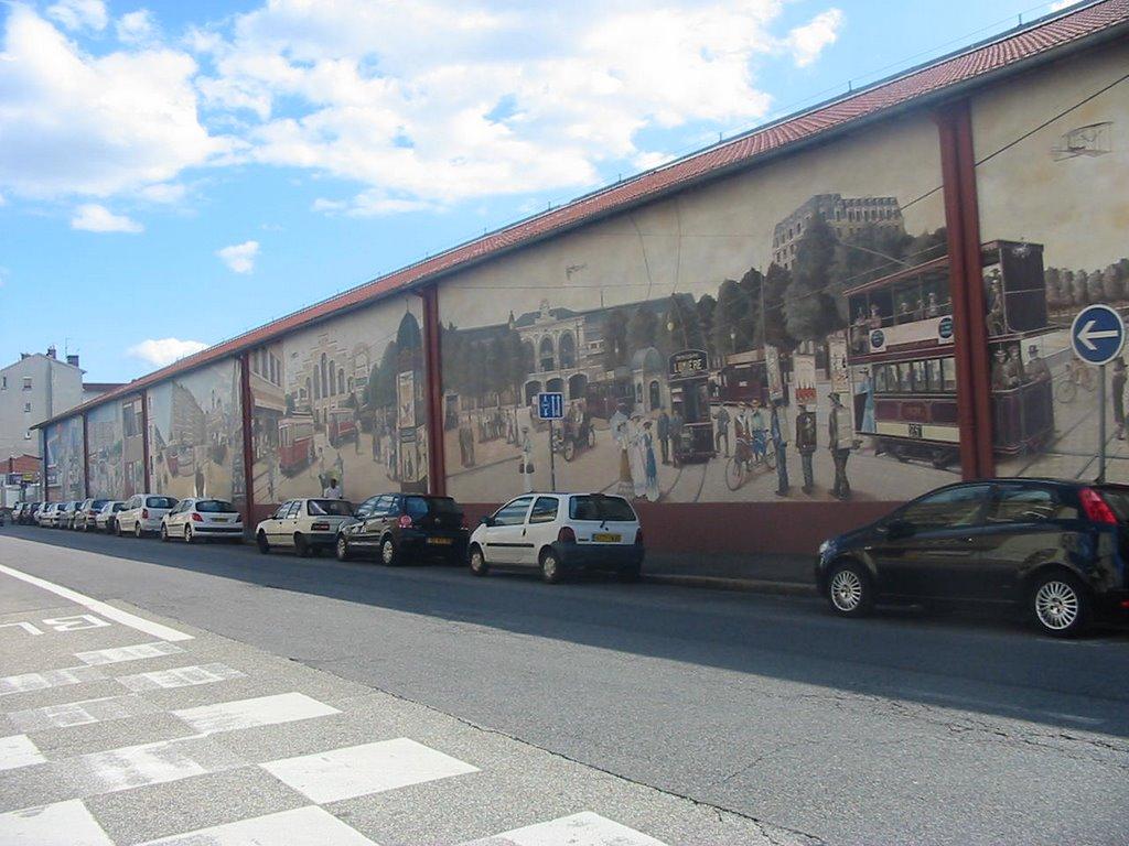 Murale de l'histoire des transports publics, à Lyon